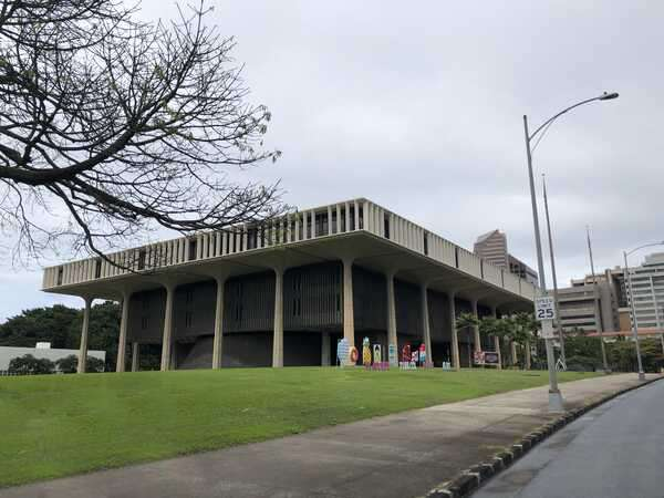 Hawaii_State_Capitol_Side